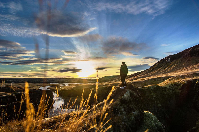 """""""Das Bild ist in Island entstanden, dabei stand mein Cousin gerade zur richtigen Zeit an richtiger Stelle und ich habe das Foto geschossen. Es gibt immer verschiedene Wege zur Freiheit. Jeder Weg ist  individuell und einzigartig.  Die Sonne soll die Freiheit  symbolisieren und es gibt  verschiedene Wege zur Freiheit: Er könnte weiter den Bergweg entlang gehen oder mit dem Fluss zur Freiheit stürmen."""""""