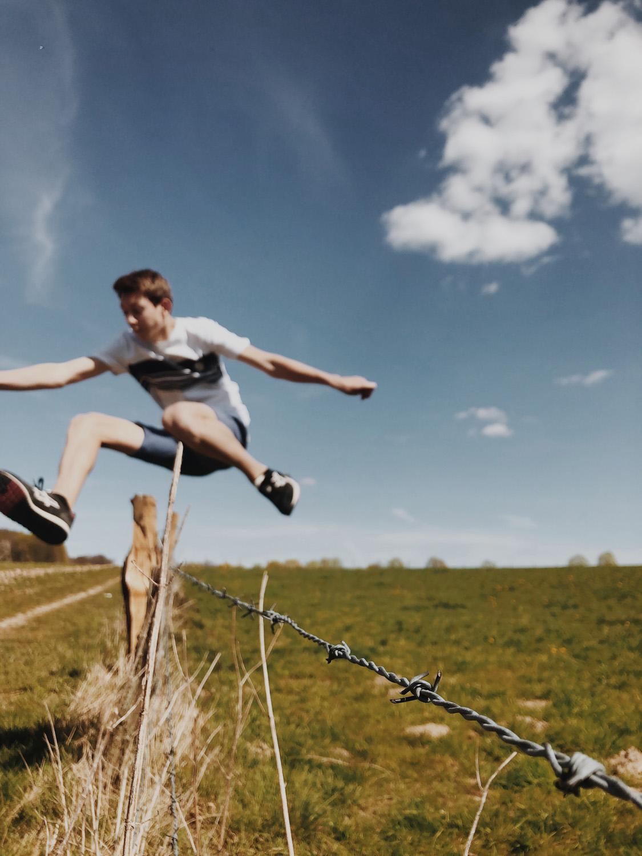 """""""Hallo mein Name ist Theo und ich habe das folgende Bild ausgewählt, da meiner Meinung nach alle Metaphern der Freiheit in diesem einen Bild enthalten sind. Einerseits ist dort der Zaun, der in diesem Fall das Kontra zur Freiheit darstellt, aber von mir übersprungen wird. Andererseits sind da die Wolken, die freie Natur und der Weg. Elemente, die für Freiheit stehen."""""""